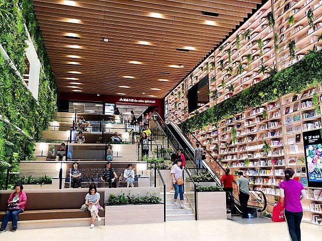 ▲15米高大書牆上擺放4萬本書,讓消費者可以隨意取閲。(圖/記者陳美嘉攝)