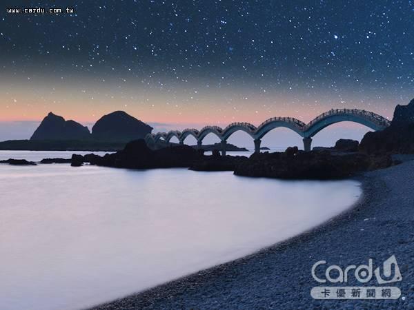 台東三仙台一覽浩瀚的銀河,結合波浪拱橋,搭配天然海浪音效,彷彿進入另外一個時空(圖/卡優新聞網)