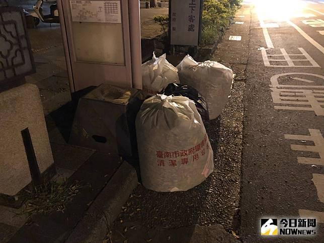 市府單位竟將清潔完的垃圾堆置於公車站牌旁