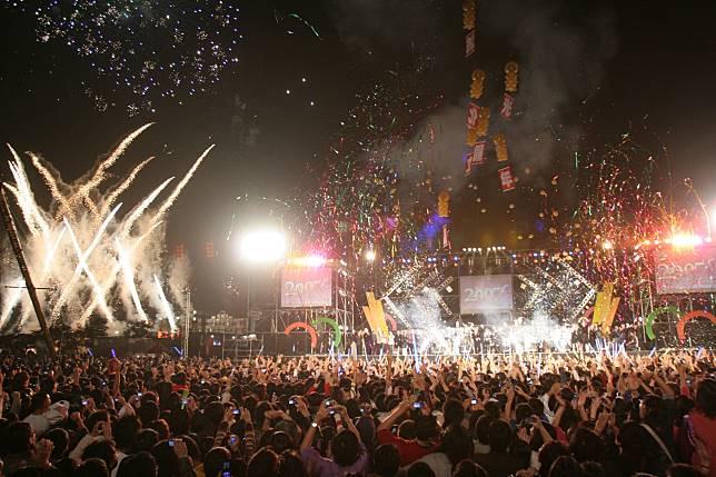 睽違近9年,2020跨年活動主場地將回到台南市政府西側廣場,圖為2010年南市府西側廣場的跨年活動