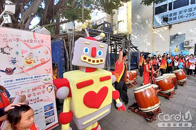 台南快閃促票活動於藍晒圖園區由台南市鼓樂協會展開序幕,整齊劃一的表演獲喝采(圖/台新銀行 提供)