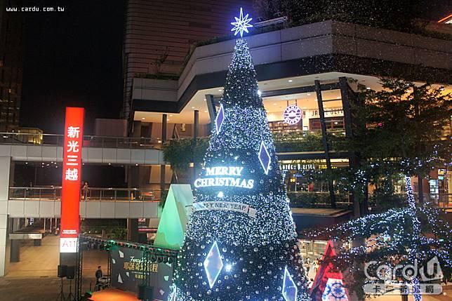 新光三越台北信義新天地高17公尺的耶誕樹,以萬花筒為主題,每天晚上都有雪花燈光秀(圖/卡優新聞網)