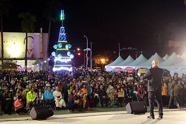 新營耶誕點燈,荷蘭美聲馬丁‧賀肯斯獻唱,現場民眾沉浸在溫暖美聲中