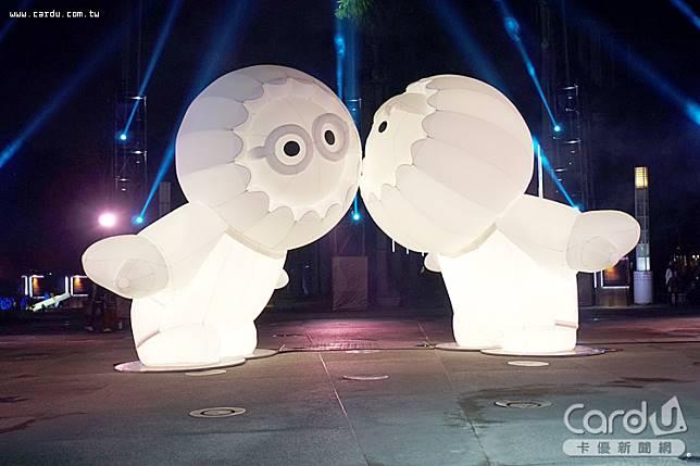 「Anooki X光之耶誕樹」主燈,如同在槲寄生下接吻,充滿浪漫與祝福的愛情氛圍(圖/高雄市政府 提供)