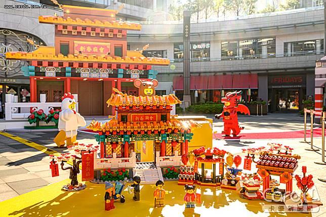 統一時代百貨迎接鼠年與樂高合作,呈現新春廟會景象,民眾能在許願牆上許祈願(圖/台灣樂高 提供)