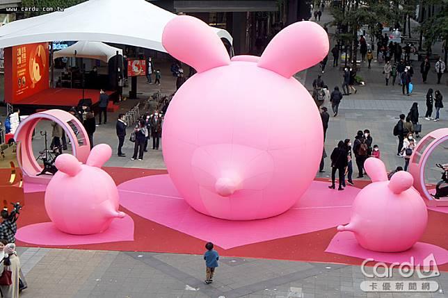 位於香堤廣場高達6公尺高的粉紅錢鼠,每天下午5點到晚上10點都有精采的聲光秀(圖/卡優新聞網)