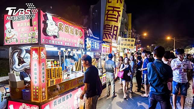 正值新冠肺炎疫情期間,墾丁大街仍因清明連假擠滿人。(示意圖/TVBS)